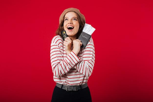 Retrato, de, um, mulher feliz, segurando passaporte