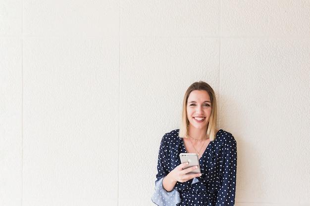 Retrato, de, um, mulher feliz, segurando, smartphone