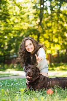 Retrato, de, um, mulher feliz, tendo divertimento, com, dela, cão, em, jardim