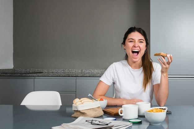 Retrato, de, um, mulher feliz, tendo, pequeno almoço saudável
