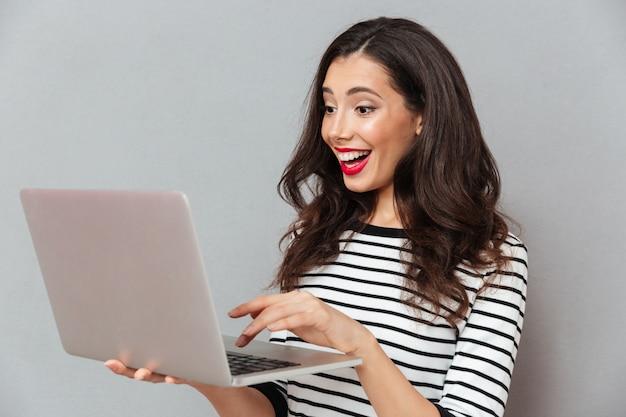 Retrato, de, um, mulher feliz, usando computador portátil