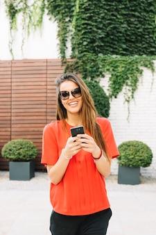 Retrato, de, um, mulher feliz, usando, telefone móvel