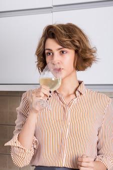 Retrato, de, um, mulher jovem, bebendo vinho