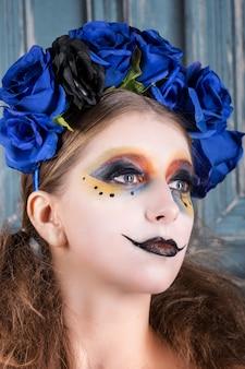 Retrato, de, um, mulher jovem, com, dia das bruxas, compõem, com, azul, flores