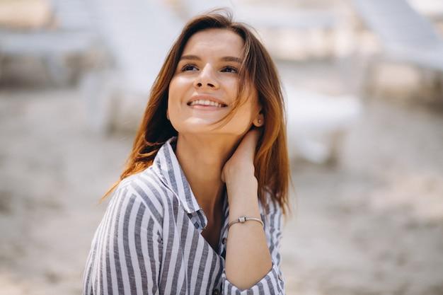 Retrato, de, um, mulher jovem, em, camisa, praia
