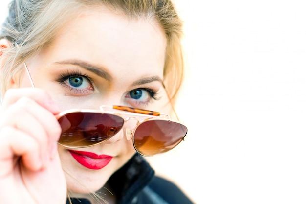 Retrato, de, um, mulher jovem, em, óculos de sol, profundidade rasa, de, campo