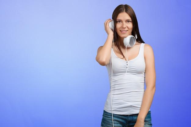 Retrato, de, um, mulher jovem, escutar música, com, fones