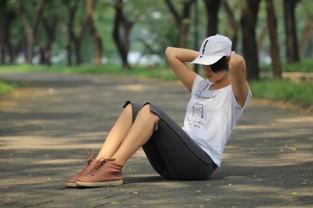 Retrato, de, um, mulher jovem, esticar, músculos, para, aquecer, antes de, executando