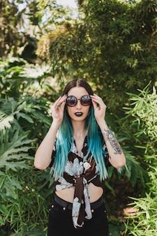 Retrato, de, um, mulher jovem, óculos sol cansativo, ficar, frente, crescendo, planta