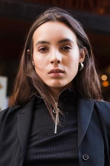 Retrato, de, um, mulher jovem, olhando câmera