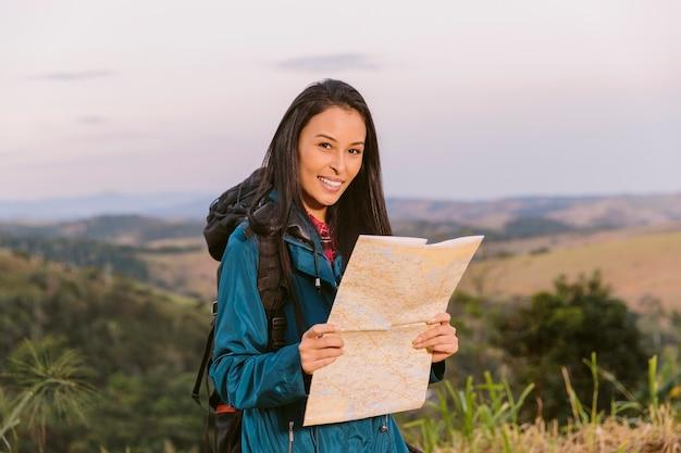 Retrato, de, um, mulher jovem, segurando, mapa