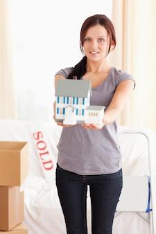Retrato, de, um, mulher jovem, segurando, um, modele casa