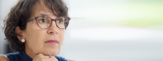 Retrato, de, um, mulher madura, com, óculos, foto horizontal, bandeira