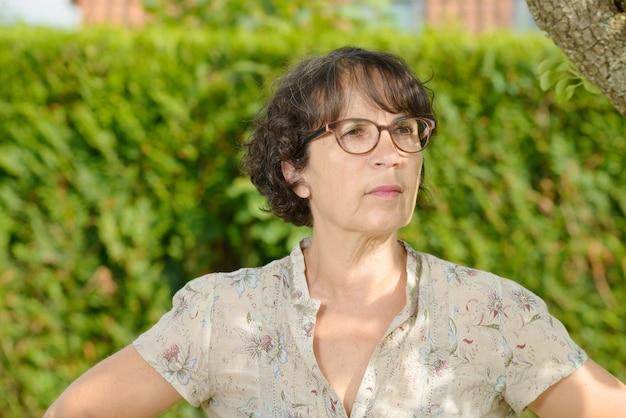 Retrato, de, um, mulher madura, com, óculos