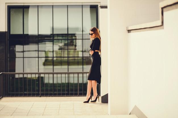 Retrato, de, um, mulher negócio, ficar, perto, edifícios escritório
