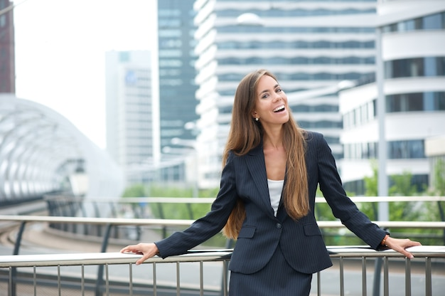 Retrato, de, um, mulher negócio, sorrindo, ao ar livre