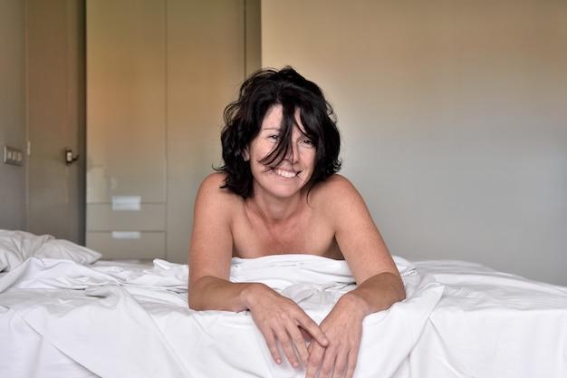 Retrato, de, um, mulher sorridente, cama