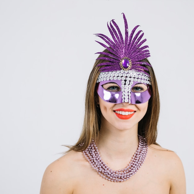 Retrato, de, um, mulher sorridente, em, máscara carnaval, desgastar, colar, sobre, branco, fundo