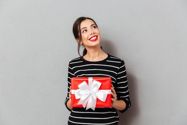 Retrato, de, um, mulher sorridente, segurando, caixa presente