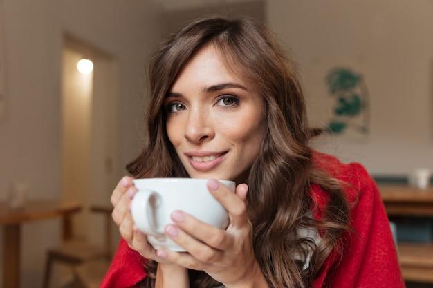 Retrato, de, um, mulher sorridente, segurando copo