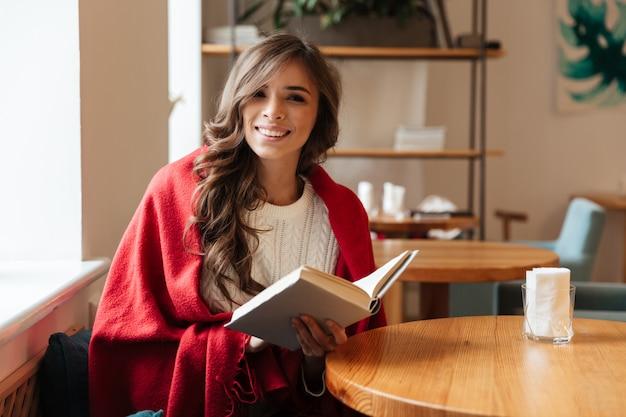 Retrato, de, um, mulher sorridente, segurando livro