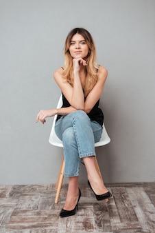 Retrato, de, um, mulher sorridente, sentando uma cadeira