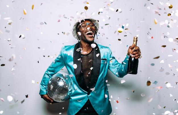 Retrato de um músico da música hip hop imagem cinematográfica de um homem sob a queda de confetes