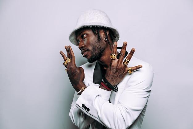 Retrato de um músico da música hip hop imagem cinematográfica de um homem vestindo roupas brancas e joias
