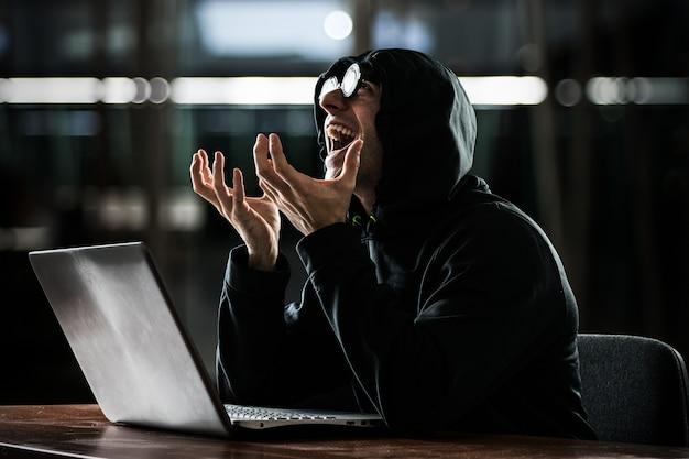 Retrato, de, um, nerd, frente, seu, computador