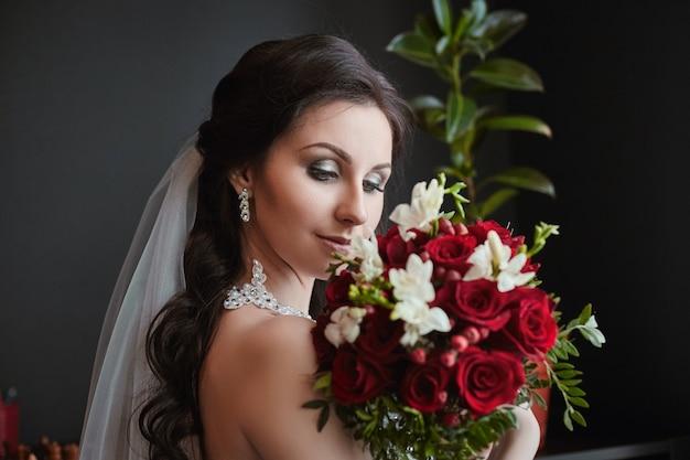 Retrato, de, um, noiva, com, um, buquê flores