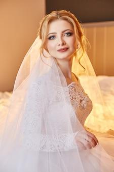 Retrato, de, um, noiva, sentando, em, um, chic, vestido branco