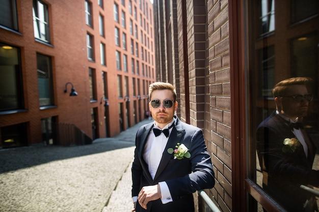 Retrato de um noivo, andando na cidade. dia do casamento, casamento. noiva e noivo em urbano.