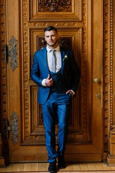 Retrato de um noivo bonito em sua festa de casamento.