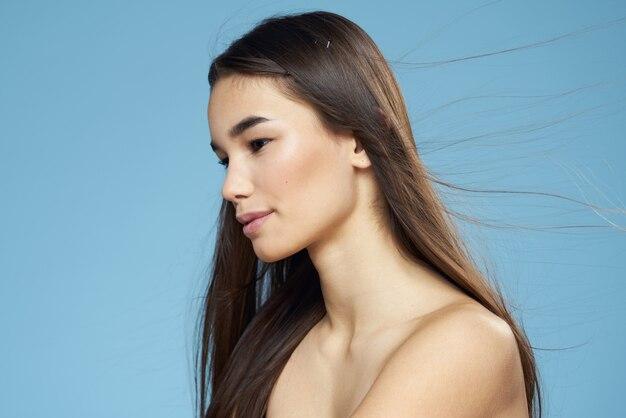 Retrato de um nu de mulher jovem beleza. conceito de cuidados com a pele