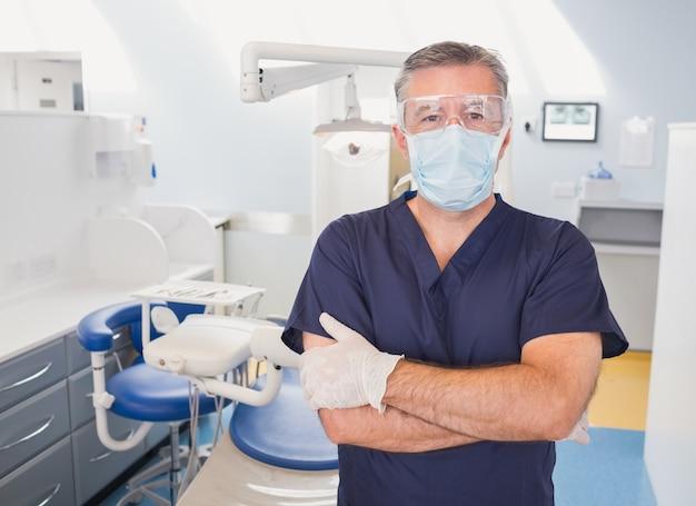 Retrato, de, um, odontólogo, com, braços cruzaram, e, máscara cirúrgica