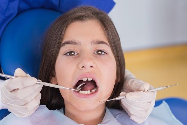 Retrato, de, um, paciente jovem, em, exame dental