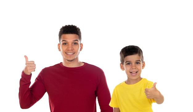 Retrato de um pai afro-americano com seu filho sorridente, dizendo ok, isolado