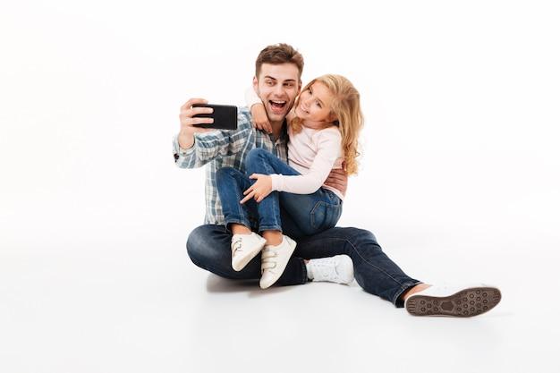 Retrato de um pai alegre e sua filha pequena