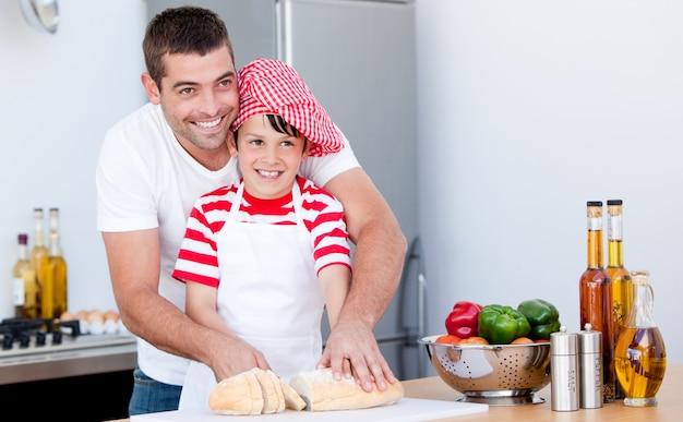 Retrato de um pai e seu filho preparando uma refeição
