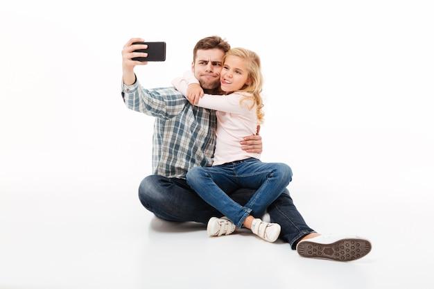 Retrato de um pai feliz e sua filha pequena