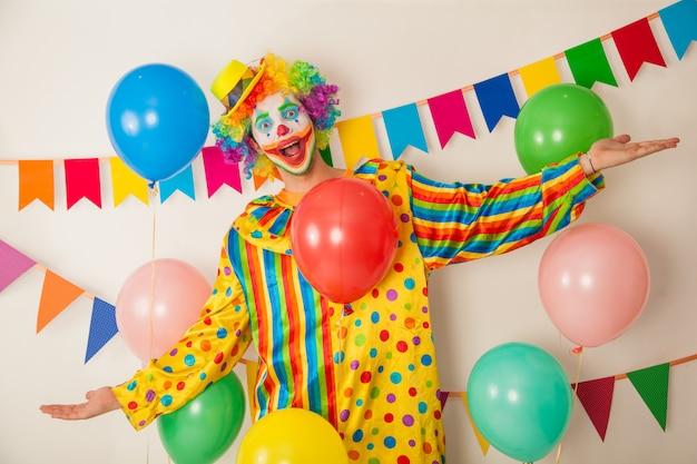 Retrato de um palhaço alegre em uma festa