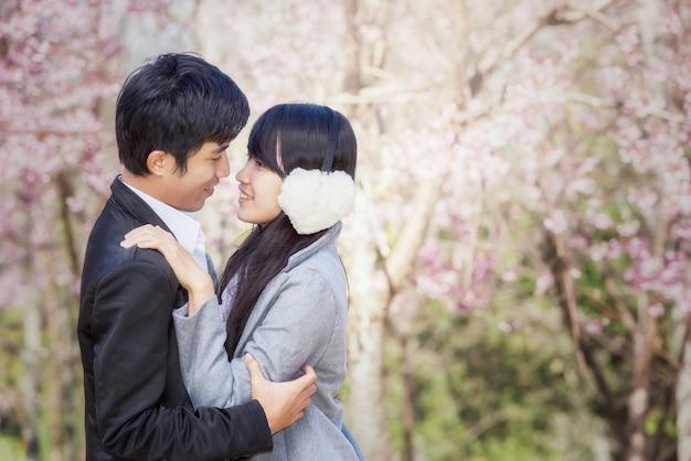 Retrato, de, um, par asiático, parque, sorrindo, e, alegre