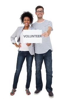 Retrato, de, um, par feliz, segurando, um, nota voluntária