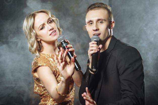 Retrato, de, um, par jovem, com, microfones