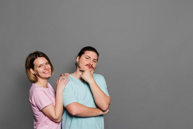 Retrato, de, um, par jovem, ficar, contra, parede cinza
