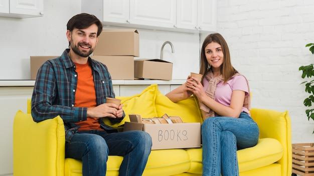 Retrato, de, um, par jovem, relaxante, em, seu, casa nova