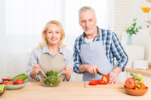 Retrato, de, um, par velho, preparar, a, comida, cozinha