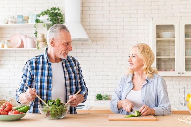 Retrato, de, um, par velho, preparar, a, salada, cozinha