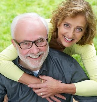 Retrato, de, um, par velho, sorrindo, junto, ao ar livre