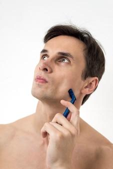 Retrato, de, um, pensando, homem, com, lâmina de barbear